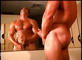 Hunk wanks infront of big mirror