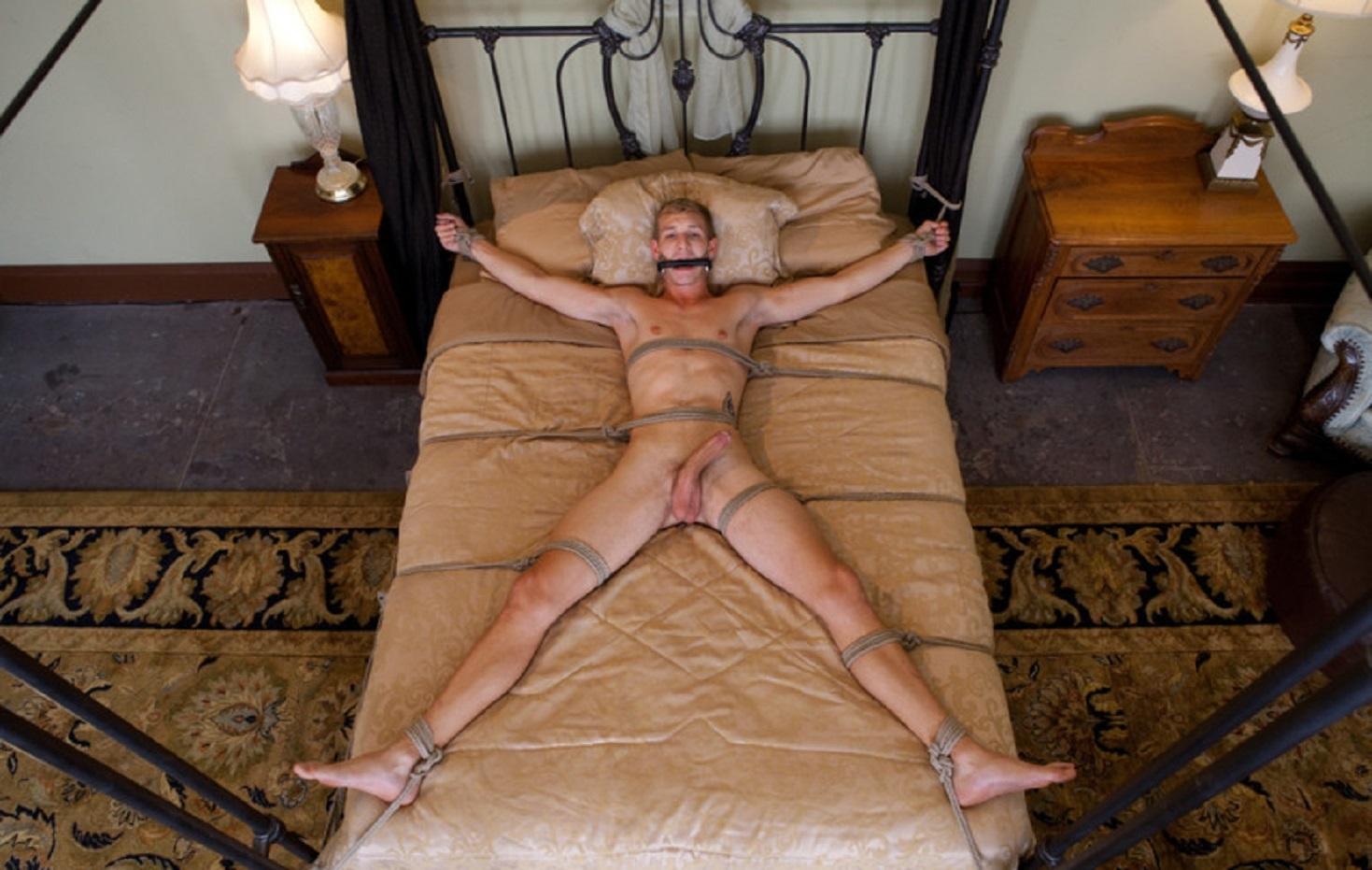 девушка лежит привязанная к кровати а мужчина ее трахает видео