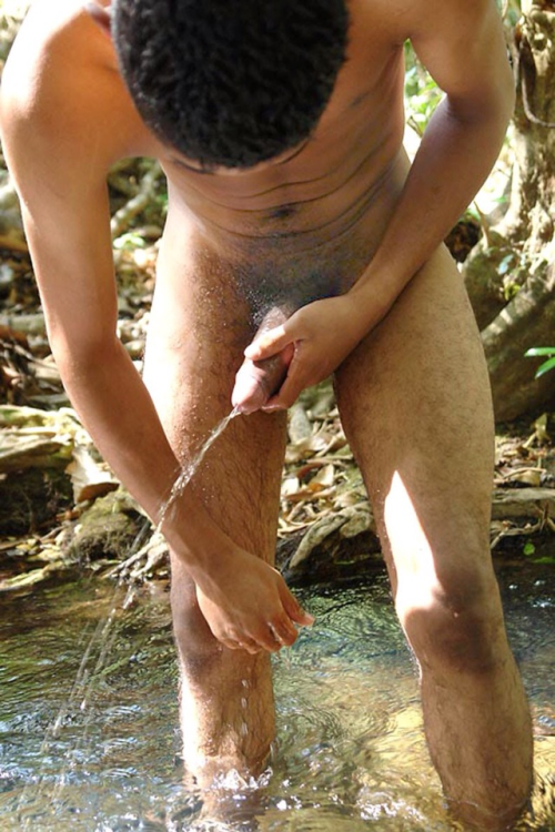 Philipino naked man peeing — pic 4