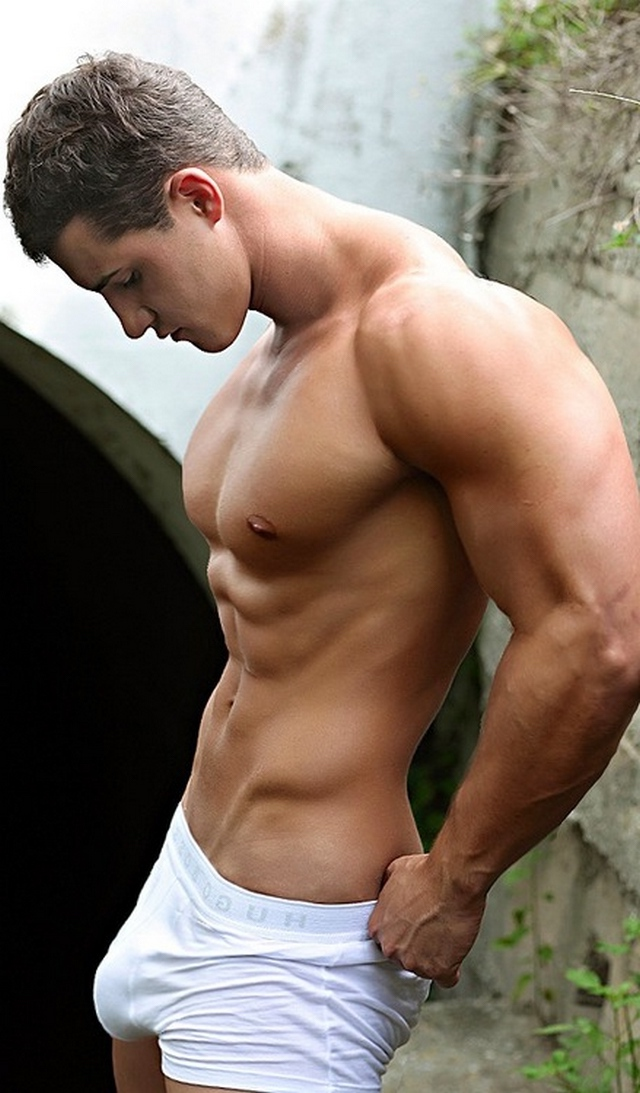Голая видео мускулистые парни без трусов фото прозрачные платья