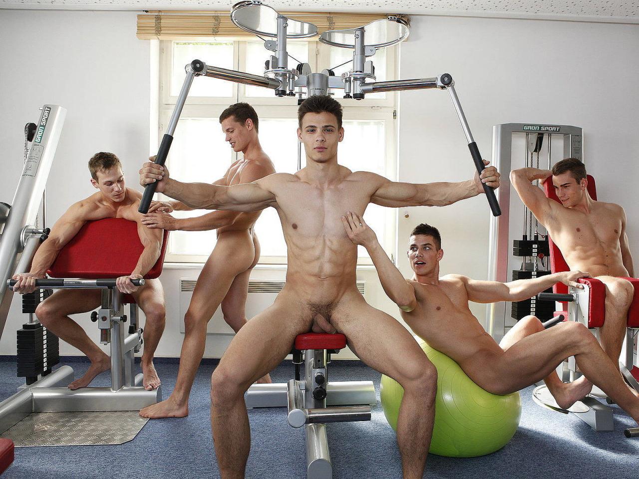 голые ребята в спортзале