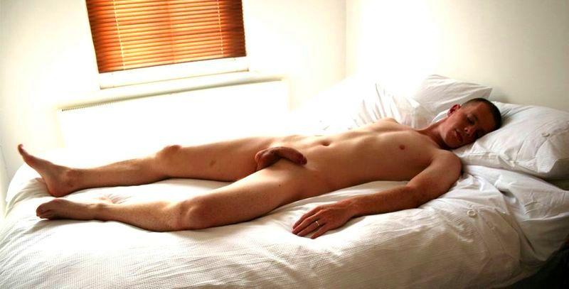 Мужчина спит без постели голый