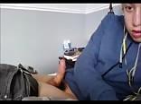 Novinho gozando no quarto
